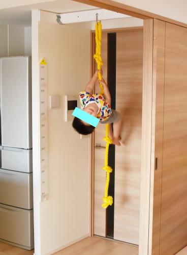 自宅にDIYした登りロープで遊ぶ3歳児