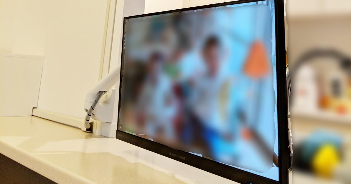ラブリコ+モニターアームでキッチン・ダイニングにすっきりモニター導入