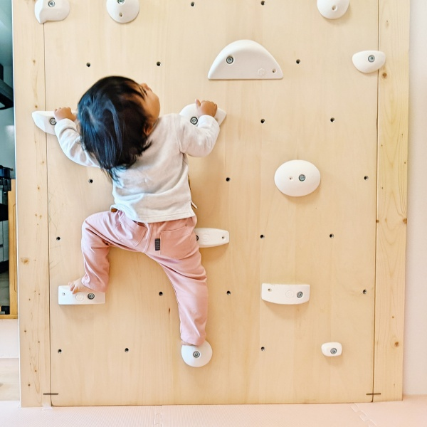 ボルダリングを登る1歳4か月