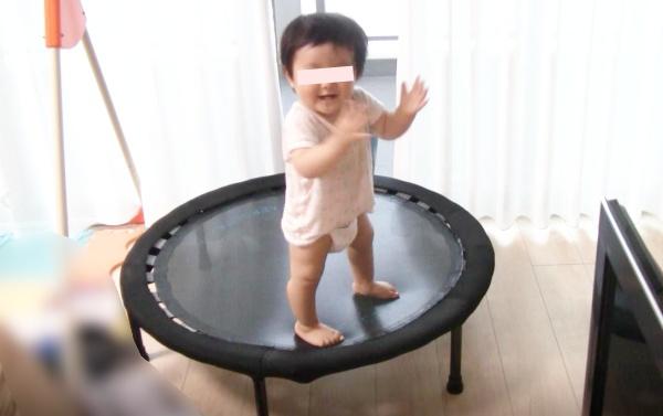 トランポリンで遊ぶ1歳0ヶ月