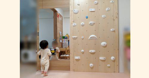 巨大アクリルミラーを子供の遊び部屋の引き戸に接着設置!ダンスや体操の動きチェックにGOOD