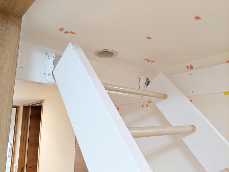 廊下雲梯の設置作業