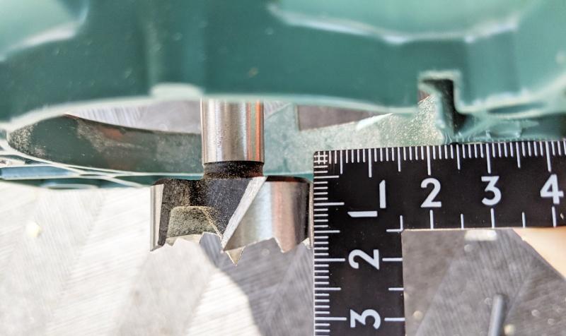 ボアビットドリルの刃がドリルガイドから出っ張る量
