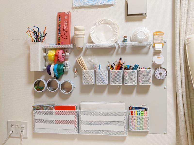 アトリエ道具をマグネット収納で壁に配置